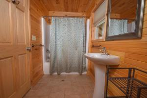 Hideout at Red Pines Three-Bedroom Holiday Home, Дома для отпуска  McHenry - big - 19