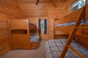 Hideout at Red Pines Three-Bedroom Holiday Home, Дома для отпуска  McHenry - big - 16