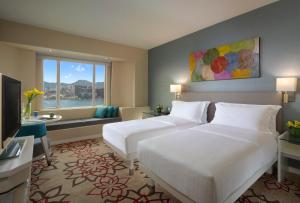 Deluxe King Room with Harbour View and Smartphone