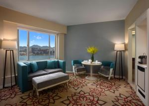 Executive Suite with Partial Harbour View and Smartphone
