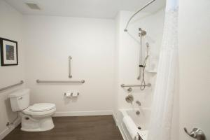 King Room - Mobility/Hearing Accessible with Bath Tub - Non-Smoking