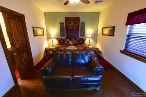 Lazy T Bed and Breakfast, Panziók  Fredericksburg - big - 9