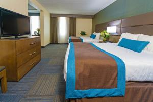 King Room with 1 King Bed and 2 Queen Beds