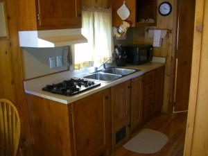 Pacific City Camping Resort Cabin 8, Ferienparks  Cloverdale - big - 6