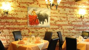 Quick description <p>Bicycle rentals are offered at this hotel, located 700 metres from the Isar River. Guests can enjoy hearty Bavarian meals in the hotel's country-style restaurant. A beer garden is also available. Carpeted rooms at...