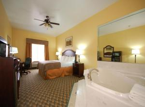 King Room with Spa Bath - Disability Access/Non-Smoking