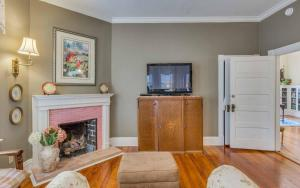 Superior King Room with Fireplace- Unit 2