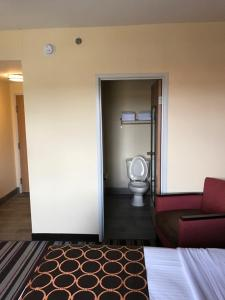 Queen Room with Walk-In Shower - Mobility Accessible/Non-Smoking