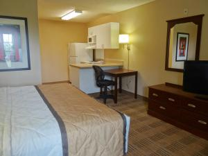 Studio with 1 King Bed -Disability Access - Non-Smoking
