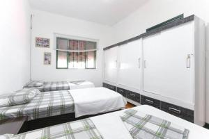 Single Bed in Dormitory Room with 3 beds