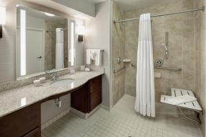King Studio with Roll in Shower - Hearing Accessible/Non-Smoking