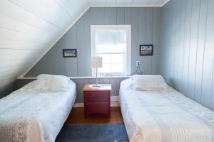 Twin Room with Two Twin Beds and Shared Bathroom
