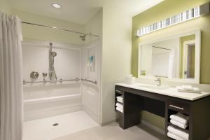 Queen Suite with Roll-in Shower - Mobility Accessible/Non-Smoking