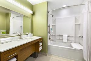 King Suite - Mobility/Hearing Access with Bath Tub - Non-Smoking