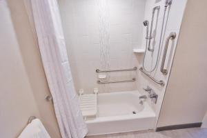 King Room - Mobility Accessible with Bath Tub
