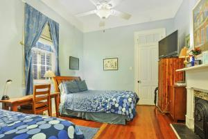 Room with Queen and Single Bed and Tub/Shower