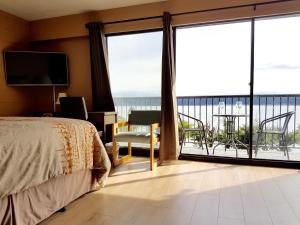 Full Kitchen Queen Suite with Balcony and Sea View