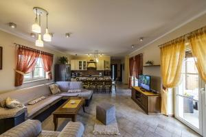 4-Bedroom Holiday home in Tinjan/Istrien 10021, Apartmanok  Tinjan - big - 6