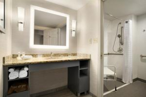 King Suite with Tub - Accessibility/Non-Smoking