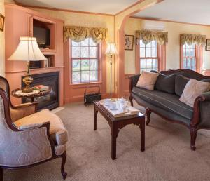 Deluxe Queen Room with Fireplace - Main (Lady Hope)