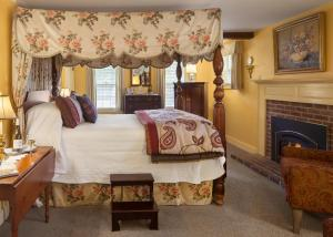 Deluxe Queen Room with Fireplace - Carriage (Intrepid)