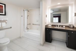 Queen Suite - Accessible Bathtub