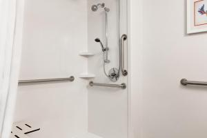 Queen Room with Roll in Shower - Dissability Access