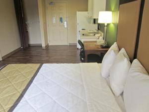 Queen studio with 1 Queen Bed - Disability Access/Non-Smoking