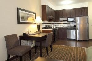 One-Bedroom Suite with Kitchen - Non-Smoking