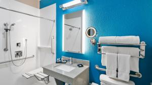 King Suite with Roll-In Shower - Mobility Access/Non-Smoking