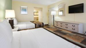 Queen Room with Two Queen Beds - Pool View - Non smoking
