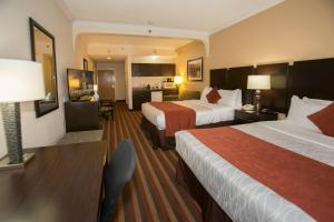 Deluxe Two Queen Suite with Roll-in Shower - Disability Access