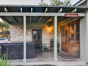 Wine Country Cottages on Main: Tank House, Case vacanze  Fredericksburg - big - 15