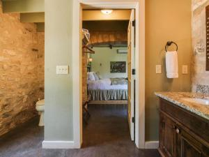 Wine Country Cottages on Main: Tank House, Case vacanze  Fredericksburg - big - 13