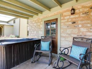 Wine Country Cottages on Main: Tank House, Case vacanze  Fredericksburg - big - 5