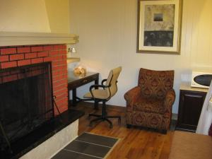 Queen Room with Fireplace
