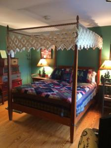 Deluxe Queen Room with Private Bathroom and Lake View