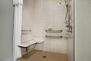 Queen Suite with Bath Tub - Disability Access/Non-Smoking