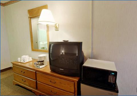 Americas Best Value Inn Cleveland Airport Photo