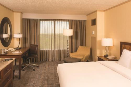 DoubleTree by Hilton Tulsa at Warren Place Photo