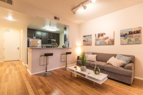 3 bedroom Apt. in the Heart of Hollywood - Los Angeles, CA 90028