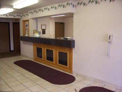 Budget Host Inn & Suites North Branch Photo