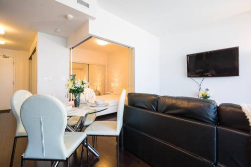 Lavish Suites - One Bedroom Condo - CN TOWER Photo