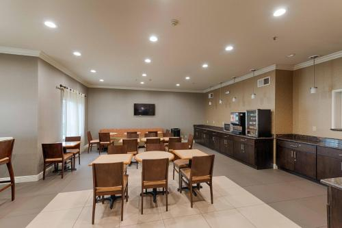 Best Western Plus Delta Inn & Suites Photo