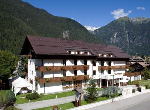Royal Olympic Hotel, Giustino