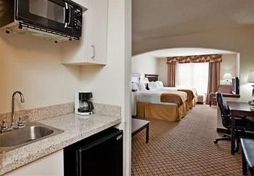 Holiday Inn Express Hotel & Suites McPherson Photo