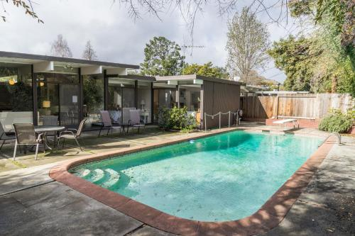 Eichler Design House - East Palo Alto, CA 94303