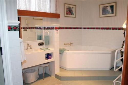 Bowen Executive Suite with Spa Bath
