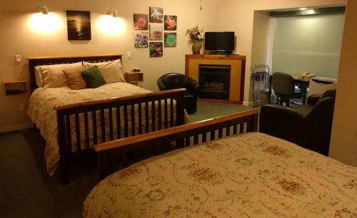 Cedar Wood Lodge Bed & Breakfast Inn Photo