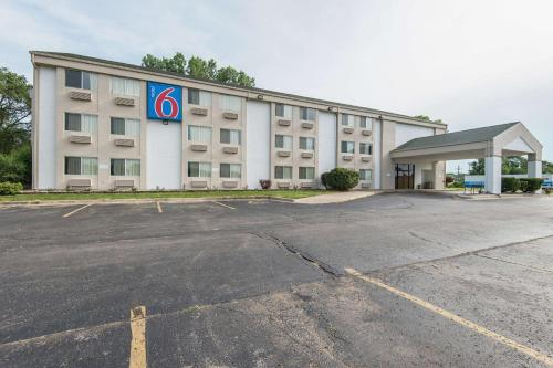 Motel 6 Lawrence Photo